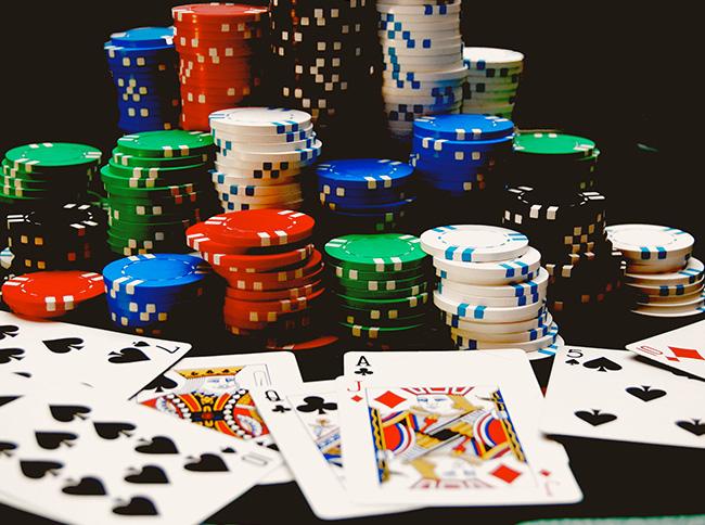 Gli uomini con il poker e le donne con facebook